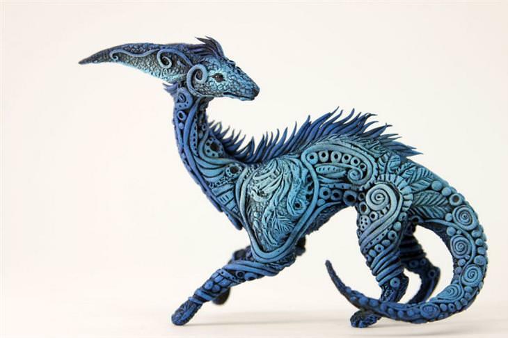 פסל של יצור פנטזיה צבעוני