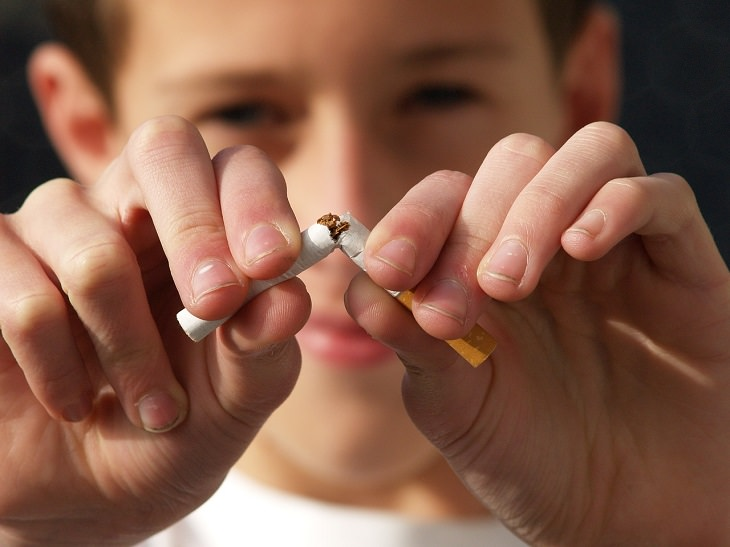 אדם שובר סיגריה