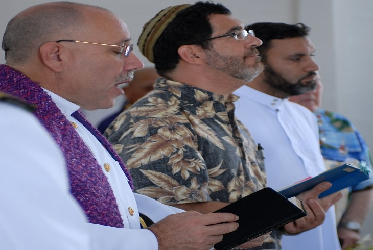 בדיחת הדוב והרבי: אנשי דת מדתות שונות מתפללים יחד