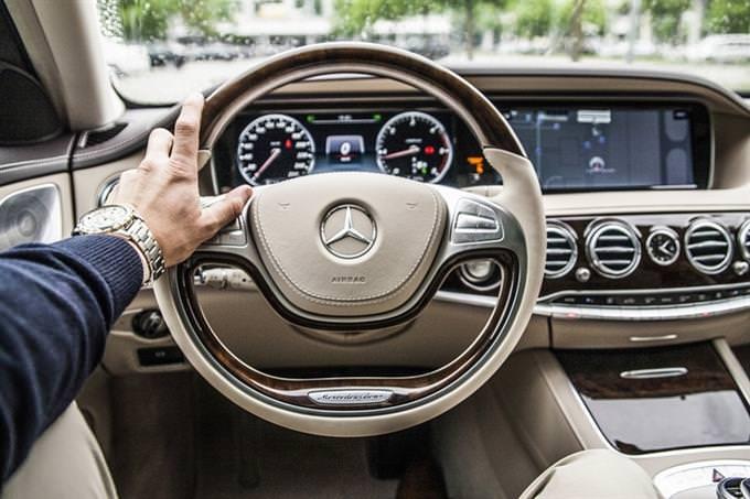 מבחן אישיות: יד אוחזת בהגה של רכב יוקרה