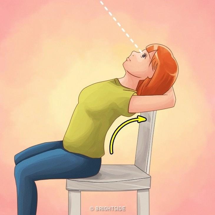 תרגילים לשיפור היציבה: איור של אישה עם שתי זרועות צמודות מאחוריי ראשה כשהוא צמוד למשענת הכיסא