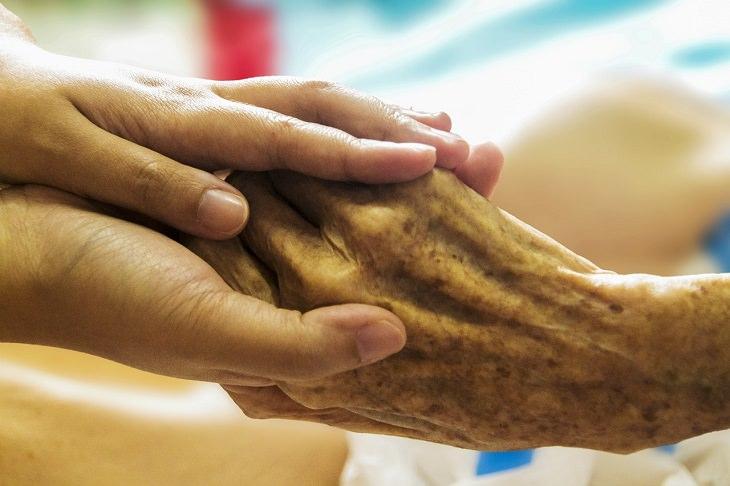יד צעירה מחזיקה יד מבוגרת
