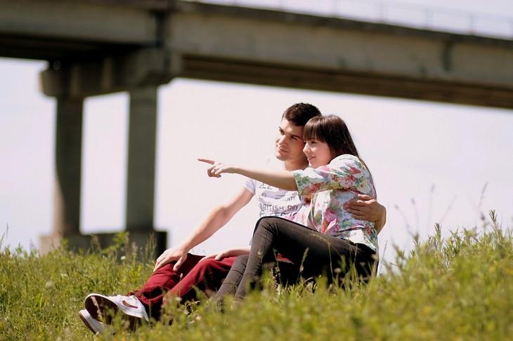 האמת על זוגיות: זוג יושב על דשא