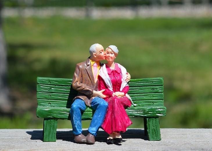 האמת על זוגיות: פסל של זוג מבוגר יושב על ספסל