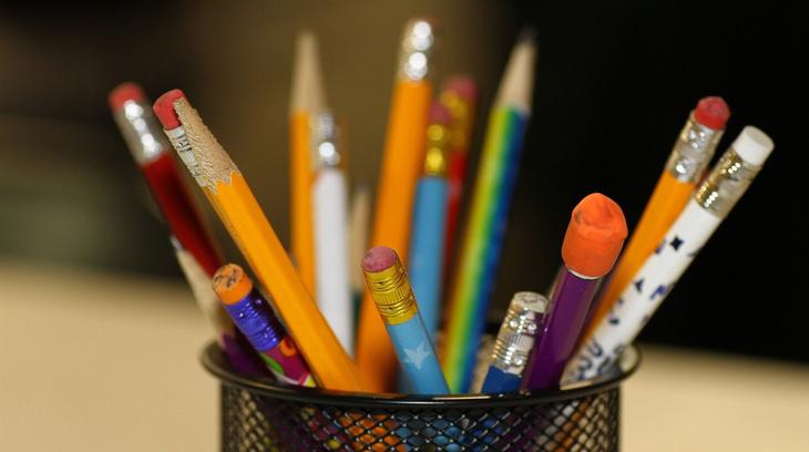 6 טיפים להורים לקראת החזרה ללימודים: עפרונות שונים בתוך מתקן לכלי כתיבה
