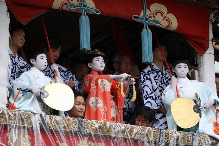 פסטיבל גיון בקיוטו: משתתפות במצעד בבגדים מסורתיים