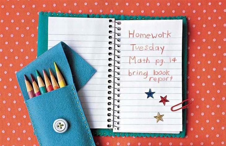 6 טיפים להורים לקראת החזרה ללימודים: קלמר ומחברת שנעשו בעבודת יד