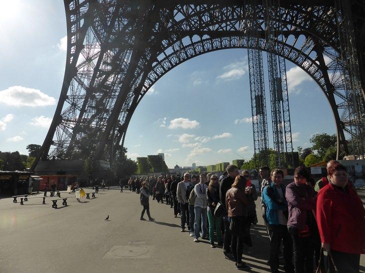 אתרי תיירות חלופיים: תור ארוך מתחת למגדל האייפל
