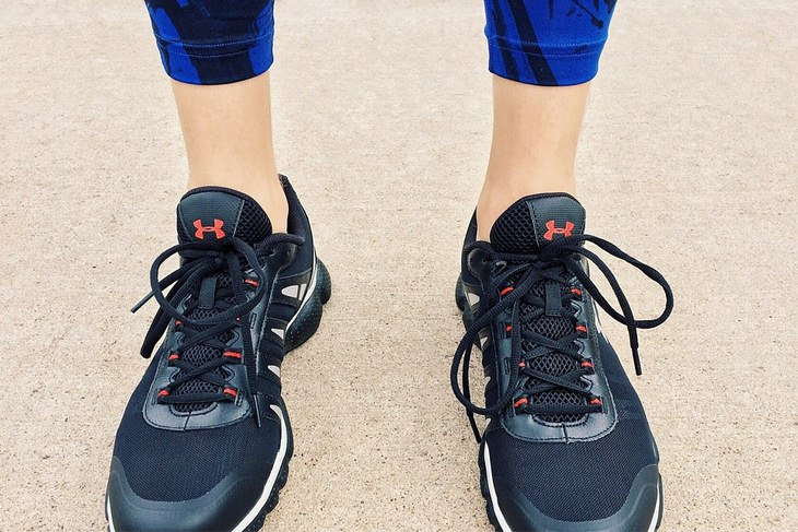 לדאוג לעצמי: תקריב על רגליים בנעלי ריצה