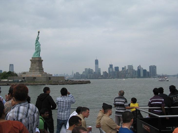 אתרי תיירות חלופיים: תיירים צופים מרחוק על פסל החירות