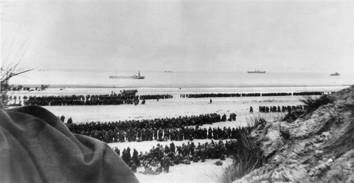 מבצע החילוץ בדנקרק: שורות ארוכות של חיילים בריטים על חופי דנקרק