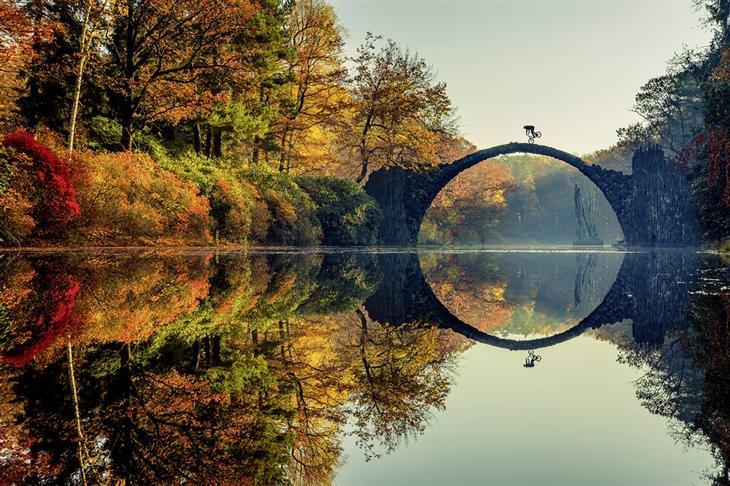 תמונות אקסטרים: רוכב אופניים רוכב על הגשר בגבלנץ, גרמניה