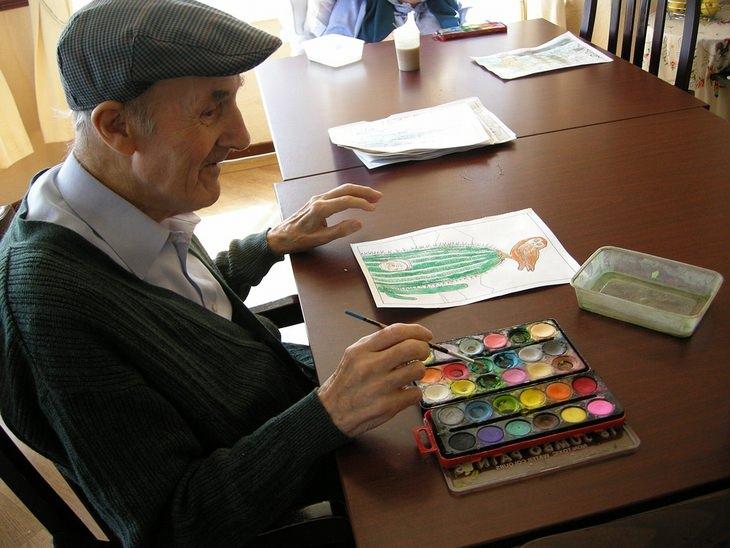 שיר על סיור הכרות בבית אבות: איש מבוגר יושב ליד השולחן ומצייר