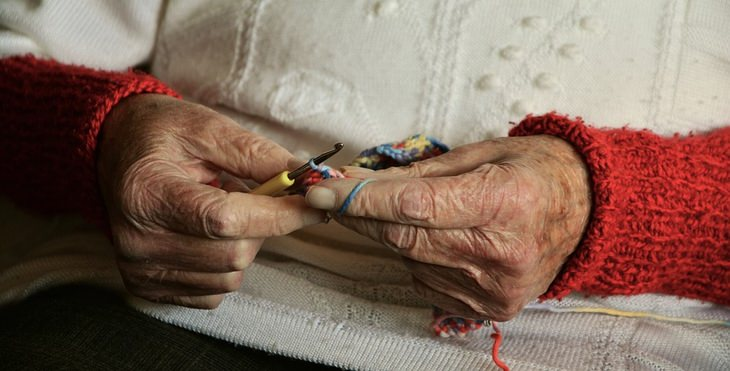 שיר על סיור הכרות בבית אבות: ידי אישה מבוגרת שרוקמת