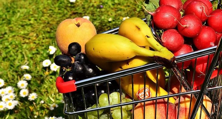 איך לגרום לילדים לאכול כמו שצריך: עגלת קניות עם פירות וירקות