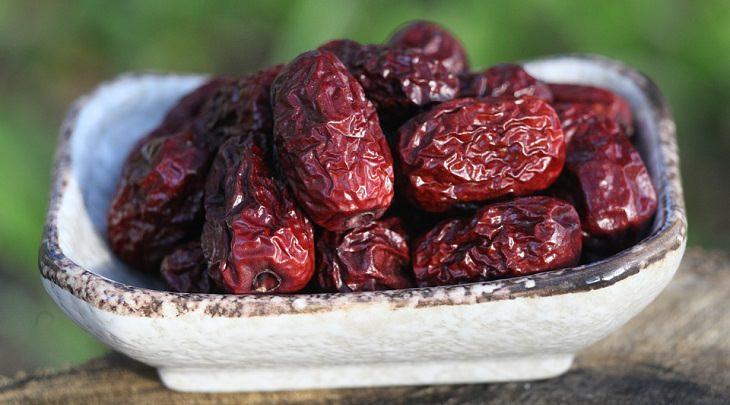 יתרונות בריאותיים של תמרים: תמרים בקערה
