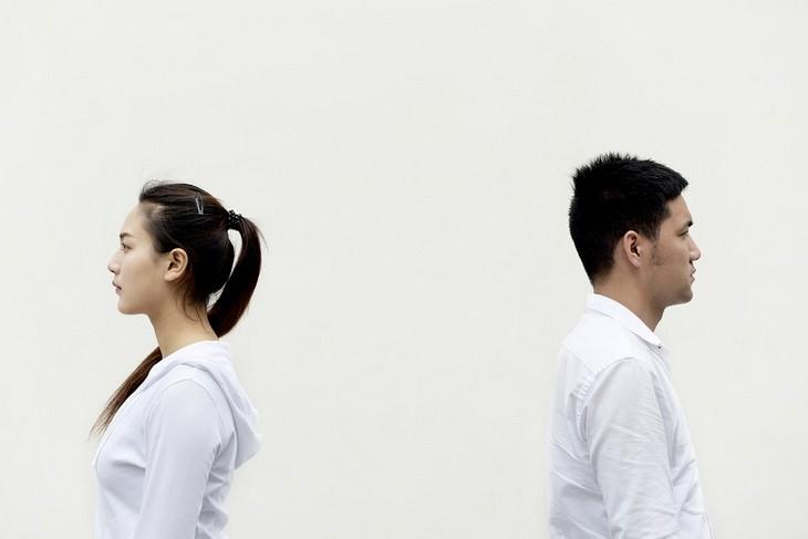 סימנים מבלבלים לאהבה בזוגיות: זוג עומד בגב זה לזו