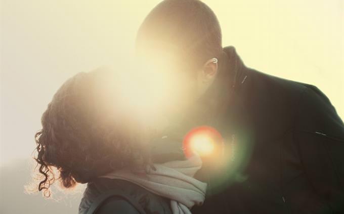 טעויות בשירים: זוג מתנשק ומוסתר מסנוור השמש
