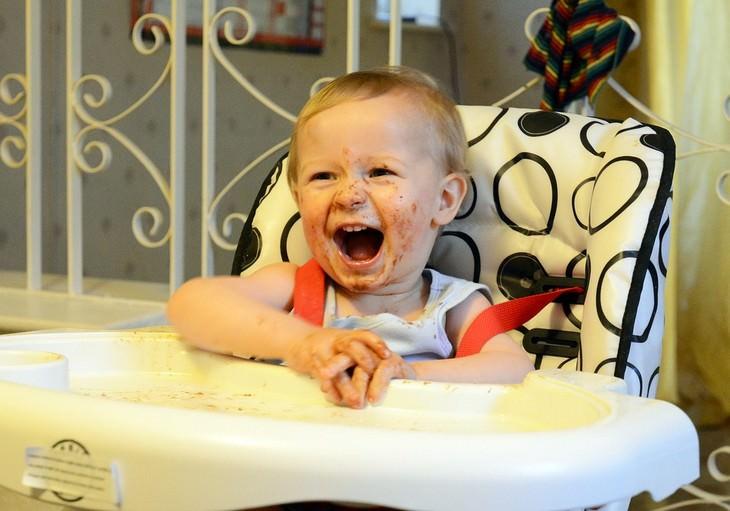 איך לגרום לילדים לאכול כמו שצריך: ילד עם כתמי אוכל על פניו