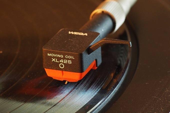 מה עושה אותך מאושר: מחט של פטיפון נוגעת בתקליטור