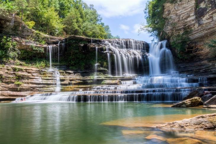 """בריכות טבעיות מדהימות מרחבי העולם: בריכת מפלי קומינס – טנסי, ארה""""ב"""