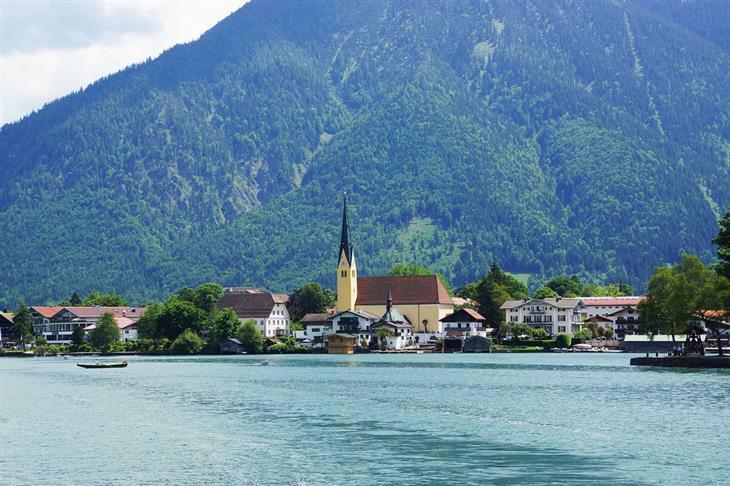 עיירות ציוריות בגרמניה: עיירה על רקע הר שמולה אגם