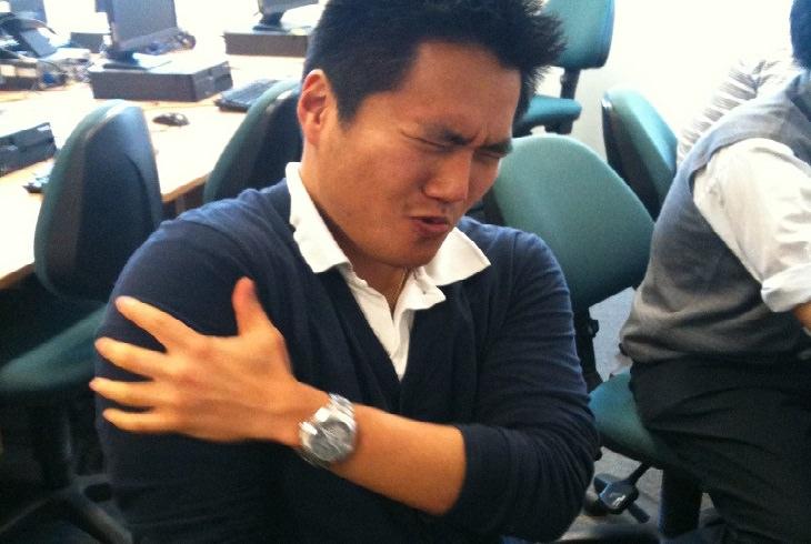 שיטות טבעיות לטיפול בכאב שרירים: אדם תופס את זרועו בהבעת כאב