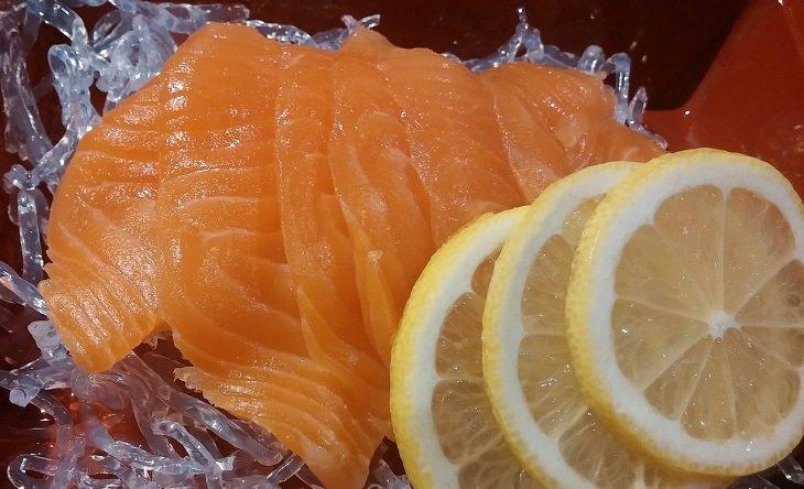 שיטות טבעיות לטיפול בכאב שרירים: פרוסות דג סלמון עם פלחי לימון