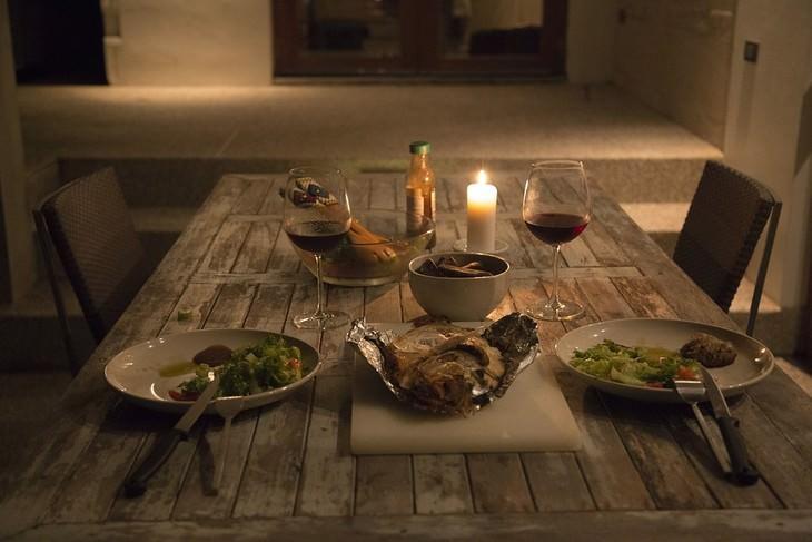 הקשר בין בעיות שינה ואלצהיימר: שולחן ערוך לארוחת ערב