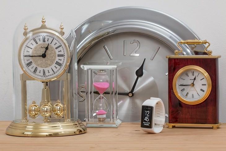 הקשר בין בעיות שינה ואלצהיימר: שעונים מסוגים שונים מונחים על שולחן