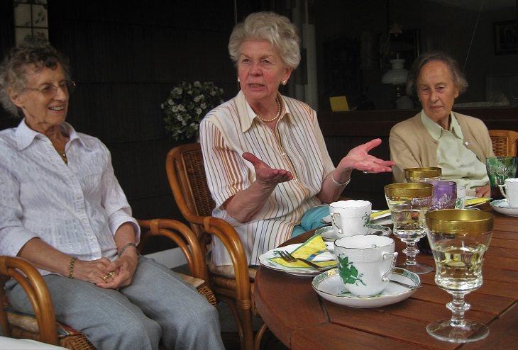 מידע וזכויות לגיל הזהב: נשים מבוגרות יושבות סביב שולחן