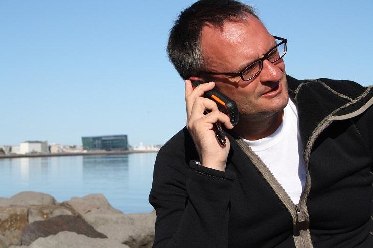 מידע וזכויות לגיל הזהב: אדם מבוגר משוחח בטלפון סלולרי