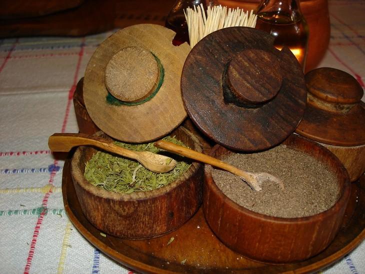 מתכונים מהמטבח הבולגרי: תבשילים בכלי עץ שמעליהם כובעי עץ