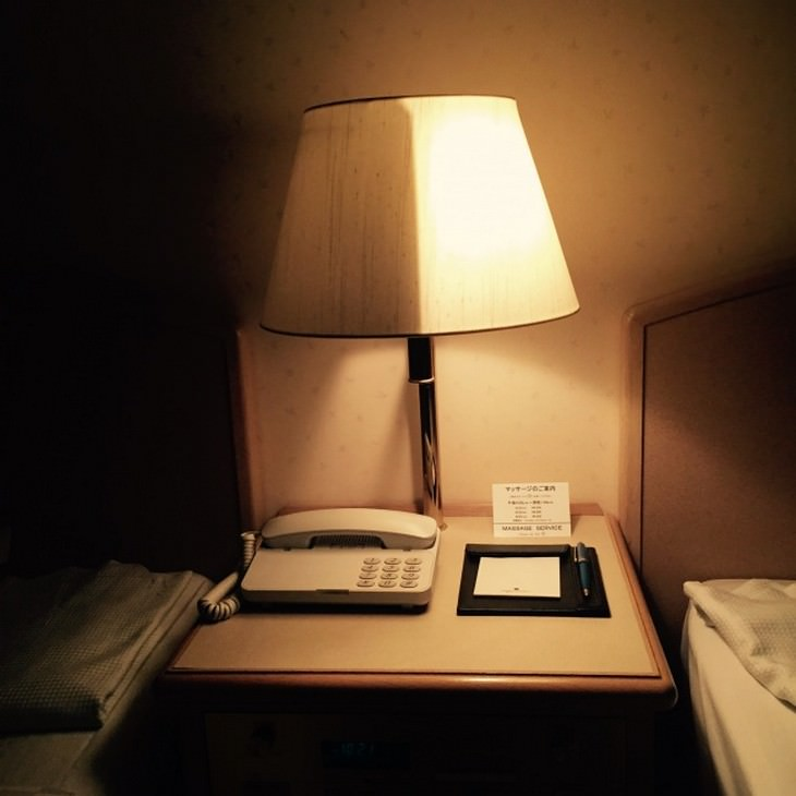 המצאות מדליקות: מנורת לילה שרק צד אחד שלה דולק