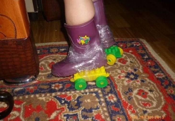 תמונות מצחיקות: גלגיליות לילדה שחוברו ממגפיים, חלקי לגו וסלוטייפ