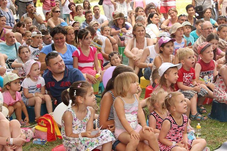 פסטיבל לא לדאוגוסט: הורים וילדים יושבים וצופים במופע