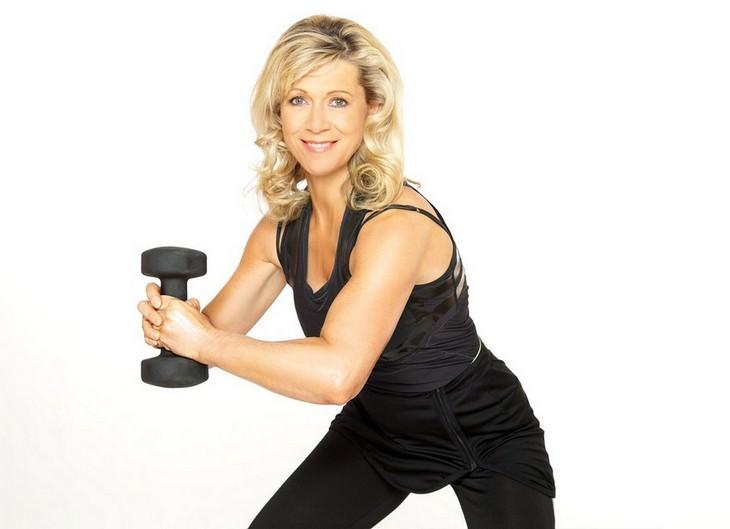 טיפים לשמירה על עצמות חזקות: אישה מחזיקה משקולת בשתי ידיה