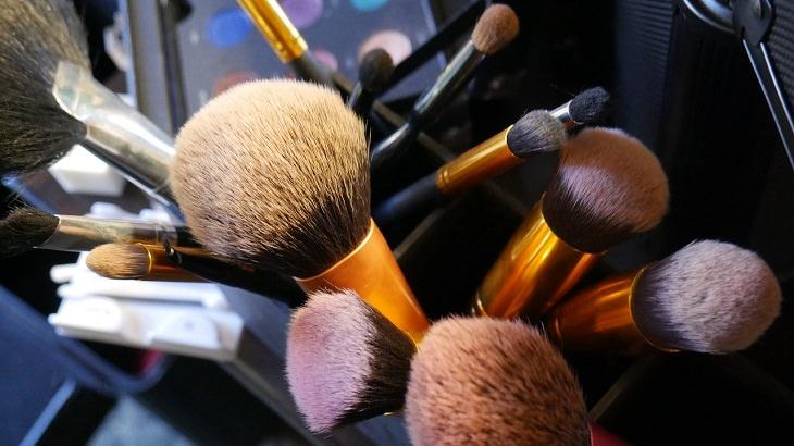 שימושים מפתיעים לשמפו: מברשות איפור
