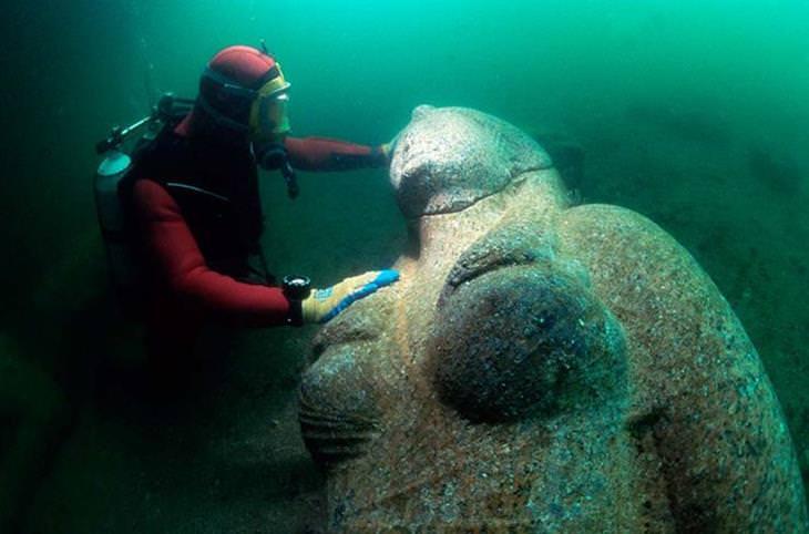 העיר האבודה הרקליון: צוללן חושף פסל שלם וענק של אישה מתחת למים