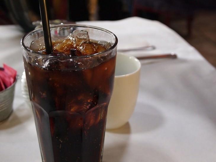 טיפים לשמירה על עצמות חזקות: כוס עם משקה מוגז וקשית בתוכה