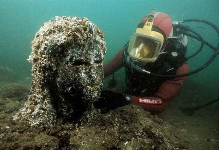 העיר האבודה הרקליון: צוללן חושף ראש של פסל מתחת למים