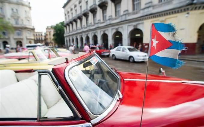 מכונית עם דגל קובה