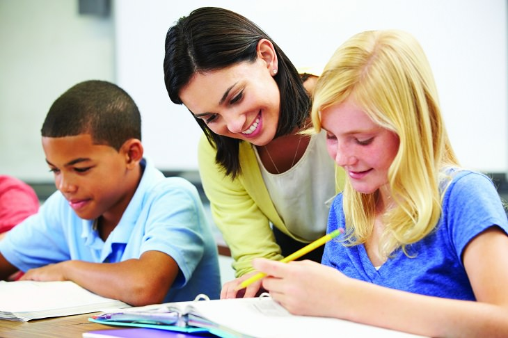 טיפים להצלחה בבית ספר ממורים: מורה עוזרת לתלמידים בכיתתה