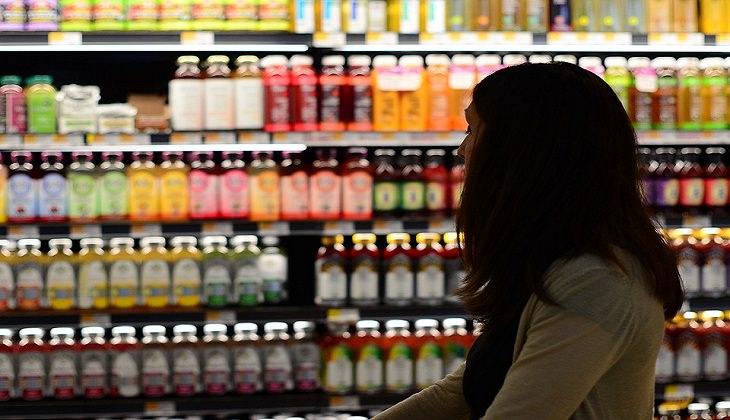 איך לשפר מצב רוח רע: אישה עם עגלת קניות בסופר מרקט