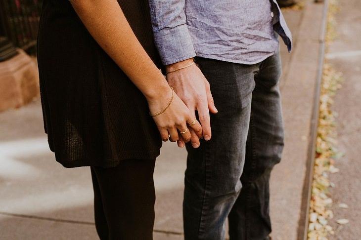 הרגלים של זוגות עם חיי מין מוצלחים: גבר ואישה אוחזים יד