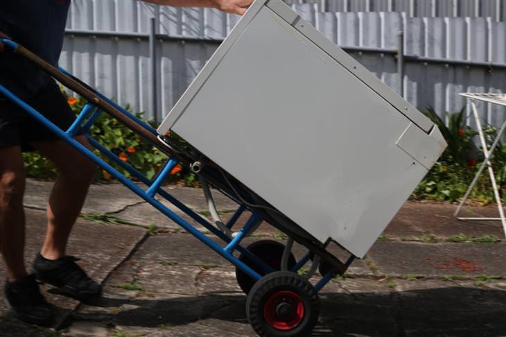 נוהל פינוי פסולת אלקטרונית: מכשיר חשמלי מפונה על עגלה