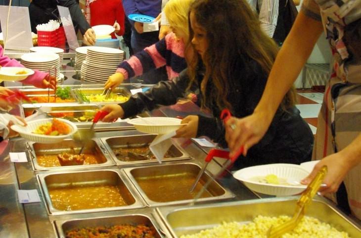 הסבר על בתי ספר בפינלנד: ילדים לוקחים אוכל בקפיטריה