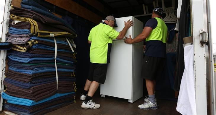 נוהל פינוי פסולת אלקטרונית: מובילים עם מקרר בתא המטען של משאית