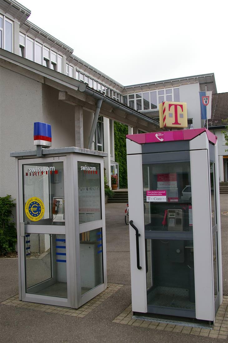 עיירות משונות בעולם: תא טלפון גרמני לצד תא טלפון שוויצרי