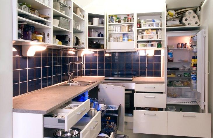 טיפים למטבח: מטבח מאורגן שכל הארונות פתוחים בו